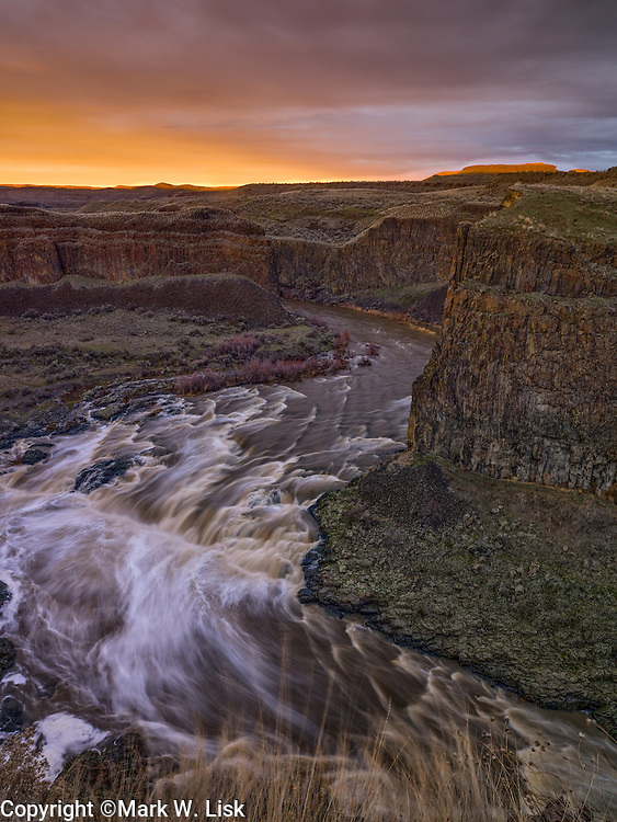 High water fill the Palouse River bank to bank at Upper Palouse Falls, Palouse Falls State Park.