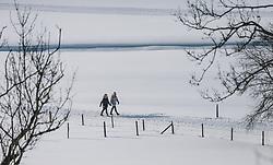 THEMENBILD - Fußgänger genießen das sonnige Wetter am Winterwanderweg, aufgenommen am 06. Februar 2020 in Kaprun, Oesterreich // Pedestrians enjoy the sunny weather along the winter hiking trail, in Kaprun, Austria on 2020/02/06. EXPA Pictures © 2020, PhotoCredit: EXPA/Stefanie Oberhauser