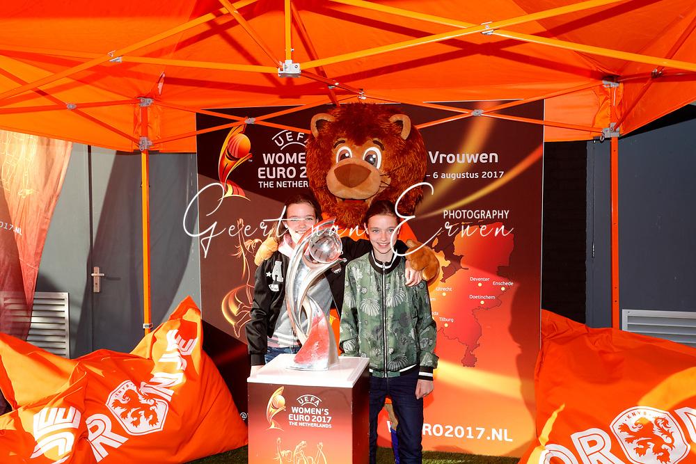 13-06-2017 VOETBAL:ORANJE VROUWEN-OOSTENRIJK:DEVENTER<br /> <br /> De oranje leeuwinnen wonnen met 3-0 van Oostenrijk in de Adelaarshorst in Deventer<br /> <br /> De fanzone voor de oranje supporters <br /> <br /> Foto: Geert van Erven