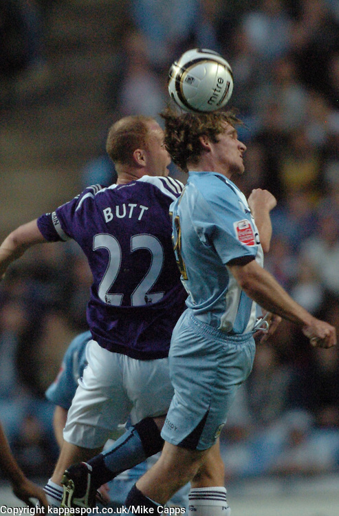 NICKY BUTT, NEWCASTLE UNITED, BATTLES WITH COVENTRYS JAY TABB, Coventry City - Newcastle United, Utd Carling Cup Ricoh Stadium, Coventry, 26th August 2008 26/8/08