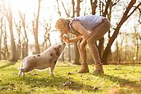 Shooting mit einer Ferkel im Park mit Mara die Besitzerin mit der Ferkel