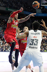 28.01.2016, Palacio de los Deportes, Madrid, ESP, FIBA, EL, Real Madrid vs Olympiacos PiraeusPlayoff, 5. Spiel, im Bild Real Madrid's Trey Thompkins (r) and Olympimpiacos Piraeus' Daniel Hackett // during the 5th Playoff match of the Turkish Airlines Basketball Euroleague between Real Madrid and Olympiacos Piraeus at the Palacio de los Deportes in Madrid, Spain on 2016/01/28. EXPA Pictures © 2016, PhotoCredit: EXPA/ Alterphotos/ Acero<br /> <br /> *****ATTENTION - OUT of ESP, SUI*****