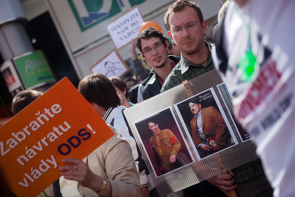 """Menschenmenge während dem Wahlkampfauftritt zur Europawahl der Oppositionspartei CSSD in Tschechien im Prager Stadtteil Smichov. Auf dem Internet-Netzwerk """"Facebook"""" haben sich schon ung. 47.000 Menschen zu einer Eierwerfer-Gruppe zusammengeschlossen und am Andel kam es dann zum wahrscheinlich groessten Eierwurf Protest in Tschechien - vor allem gegen den CSSD Oppositionsfuehrer Jiri Paroubek."""