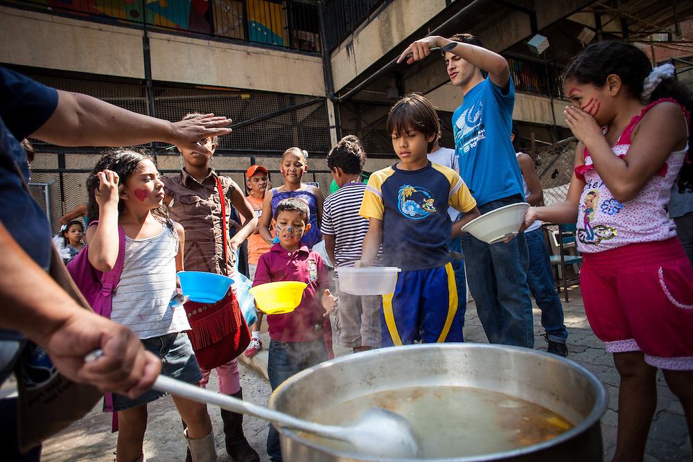 Niños del Barrio San Miguel de La Vega esperan su turno para disfrutar del Sancocho Familiar organizado por los jóvenes del programa Casa Universitaria Padre Alberto Hurtado (CUPAH). Caracas, Nov. 16, 2013 (Foto/Ivan Gonzalez)