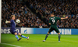 21.11.2012, Etihad Stadium, Manchester, ENG, UEFA Champions League, Manchester City vs Real Madrid, Gruppe D, im Bild Real Madird CF's Karim Benzema scores the first goal against Manchester City's goalkeeper Joe Hart during UEFA Champions League group D match between Manchester City and Real Madrid CF at the Etihad Stadium, Manchester, Great Britain on 2012/11/21. EXPA Pictures © 2012, PhotoCredit: EXPA/ Propagandaphoto/ David Rawcliffe..***** ATTENTION - OUT OF ENG, GBR, UK *****