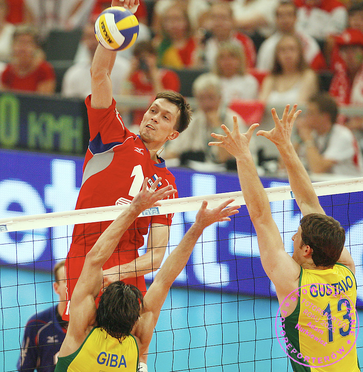 KATOWICE 15/07/2007...VOLLEYBALL WORLD LEAGUE 2007..FINAL ROUND..FINAL FIRST PLACE MATCH ..BRAZIL _ RUSSIA..ALEXANDER KORNEEV OF RUSSIA IN ACTION AGAINST GIBA AND GUSTAVO OF BRAZIL..FOT. PIOTR HAWALEJ / WROFOTO ..