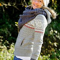 DEU , DEUTSCHLAND : Junge Frau im Herbst.  |DEU , GERMANY : Young woman in autumn|.  28.10.2011.Copyright by : Rainer UNKEL , Tel.: 0171/5457756