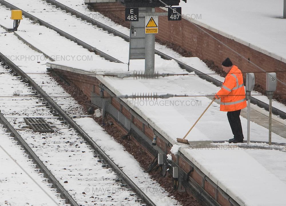 Train Guards clean snow of the platform at Edinburgh's Waverley Station...12/02/09 Michael Hughes/Maverick