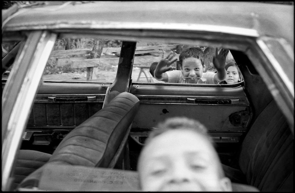 NI—OS DE PORAI - Homenaje a Mariano Diaz.Photography by Aaron Sosa.Comunidad La Yuca.Estado Trujillo - Venezuela 2006.(Copyright © Aaron Sosa)