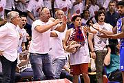 DESCRIZIONE : Campionato 2014/15 Serie A Beko Grissin Bon Reggio Emilia - Dinamo Banco di Sardegna Sassari Finale Playoff Gara7 Scudetto<br /> GIOCATORE : Edgar Sosa tifosi<br /> CATEGORIA : tifosi scandalo sequenza rissa<br /> SQUADRA : Banco di Sardegna Sassari<br /> EVENTO : Campionato Lega A 2014-2015<br /> GARA : Grissin Bon Reggio Emilia - Dinamo Banco di Sardegna Sassari Finale Playoff Gara7 Scudetto<br /> DATA : 26/06/2015<br /> SPORT : Pallacanestro<br /> AUTORE : Agenzia Ciamillo-Castoria/GiulioCiamillo<br /> GALLERIA : Lega Basket A 2014-2015<br /> FOTONOTIZIA : Grissin Bon Reggio Emilia - Dinamo Banco di Sardegna Sassari Finale Playoff Gara7 Scudetto<br /> PREDEFINITA :