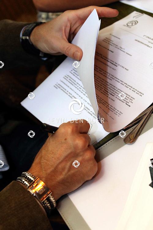 DEN BOSCH - In Bistro/Restaurant Allerlei en Visserij tekenden de nieuwe formatie Twenty 4 Seven het contract met Ruud van Rijen waarmee ze een nieuwe start gaan maken. FOTO LEVIN DEN BOER - PERSFOTO.NU ***EXCLUSIEF***