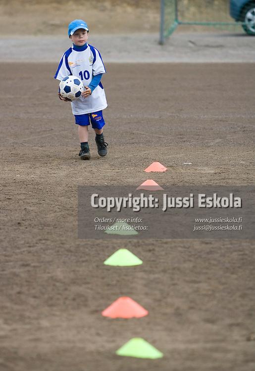 Maajoukkueen jalkapallokoulu. Puistolan Urheilijat (PuiU). 13.6.2007. Photo: Jussi Eskola