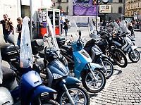 FLORENCE - Scooters in de straten van Florence. COPYRIGHT KOEN SUYK