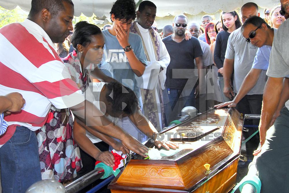 ATEN&Ccedil;AO EDITOR  FOTO EMBARGADA PARA VEICULOS INTERNACIONAIS. NITEROI, RJ 26 DE OUTUBRO 2012 - SEPULTAMENTO DO DESEMBARGADOR ASSASSINADO EM NITER&Oacute;I.  Nesta tarde de sexta feira 26, foi sepultado o desembargador assassinado com 2 tiros em Icarai zona sul da cidade de Niteroi, regiao metropolitana do Rio de janeiro. <br /> O sepultamento foi no cemit&eacute;rio Parque da Colina em Pendotiba e contou com a presen&ccedil;a de v&aacute;rios juizes e desembargadores e o presidente do Tribunal de Justi&ccedil;a Manuel dos Santos Rebelo.<br /> A viuva Dona Maria Jose de blusa branca e sua filha Gilza Fernandes de vestido estampado.<br /> FOTO RONALDO BRANDAO/BRAZIL PHOTO PRESS