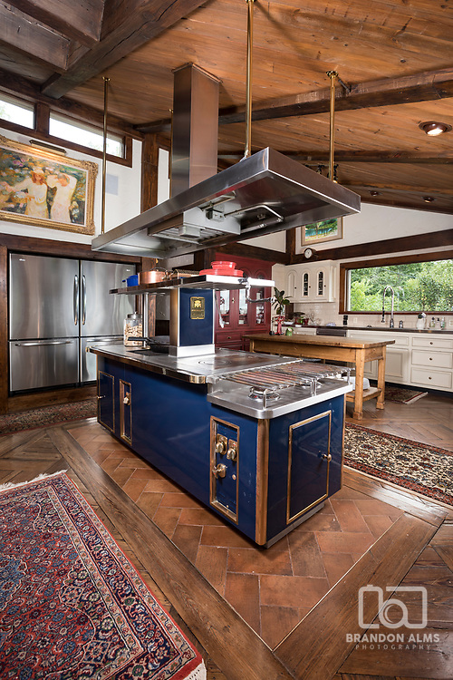 A large high end kitchen. Photo by Brandon Alms Photography