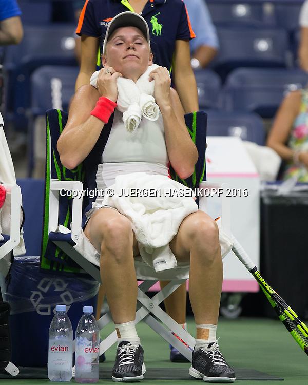 CAROLINE WOZNIACKI (DEN) kuehlt sich mit einem Eispack waehrend der Spielpause,<br /> <br /> Tennis - US Open 2016 - Grand Slam ITF / ATP / WTA -  USTA Billie Jean King National Tennis Center - New York - New York - USA  - 8 September 2016.