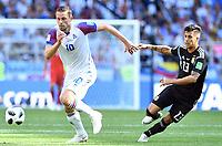 v.l. Gylfi Sigurdsson (Island), Maximiliano Meza<br /> Moskau, 16.06.2018, FIFA Fussball WM 2018 in Russland, Vorrunde, Argentinien - Island 1:1<br /> Argentina - Iceland