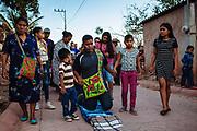 Un peregrino recorre de rodillas las calles de Huaynamota para encontrase con Cristo Jesús de Nazareno en la iglesia de Huaynamota, Nayarit.