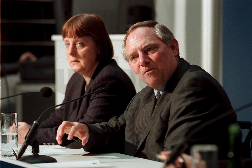 """11 JAN 2000, BERLIN/GERMANY:<br /> Wolfgang Schäuble, CDU Vorsitzender, während der Pressekonferenz """"100.000-Mark-Spende des Waffenhändlers Schreiber"""", im Hintergrund: Angela Merkel, CDU Generalsekretärin, CDU Bundesgeschäftsstelle<br /> IMAGE: 20000111-01/01-29<br /> KEYWORDS: Wolfgang Schaeuble"""