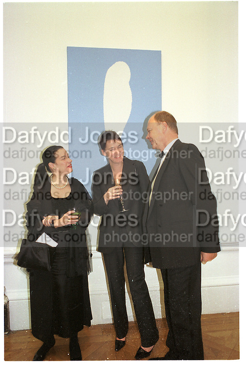 Maureen Paley, Sadie Coles amd Nicholas Logsdail. Royal Academy annual dinner. Royal Academy. Picadilly. 30 May 2002. © Copyright Photograph by Dafydd Jones 66 Stockwell Park Rd. London SW9 0DA Tel 020 7733 0108 www.dafjones.com