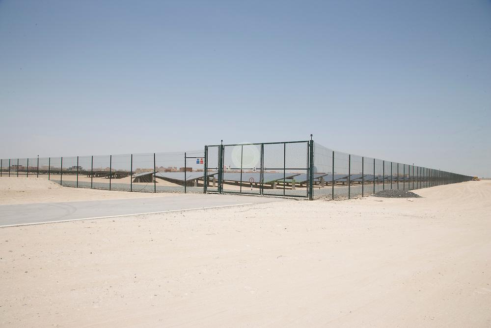 Masdar City. ASIEN, VEREINIGTE ARABISCHE EMIRATE, EMIRAT ABU DHABI, ABU DHABI, 22.05.2011: 10 MW-Solarkraftwerk in Masdar City. Das PV-Kraftwerk auf dem neuesten Stand der Technik mit einer Nennleistung von 10 Megawatt soll Solarstrom erzeugen und auf diese Weise jaehrlich den Ausstoss von rund 15.000 Tonnen CO2 vermeiden, was den Emissionen von etwa 3.300 Automobilen entspricht.  Das Photovoltaik-Kraftwerk wird sowohl Solarstrom fu?r die Verwaltung von Masdar liefern als auch den Bau von Masdar City versorgen. Zusaetzlich soll der Solarstrom vom Masdar-Institut fu?r Forschung und Technologie genutzt werden. - Stichworte: Arabien, Architekt, City, Emirat, Energie, Foster, Gruen, Kraftwerk, Masdar, Nachhaltigkeit, Oekologie, Planung, Solar, Sonne, Stadt, Technik, Umwelt, Universitaet, Vision, Wueste, Zukunft