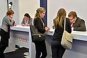 Nederland, Amsterdam, 16-3-2013De carrierebeurs in de RAI. Banenmarkt voor kader en hoogopgeleid personeel, mensen.Beurs voor studenten, starters op de arbeidsmarkt met een technische, economische, bedrijfskundige,  juridische of informatica opleiding. Grootste banenmarkt van Nederland voor wie bijna afgestudeerd of werkzoekend is. Er kon een cv check gedaan worden.Foto: Flip Franssen/Hollandse Hoogte