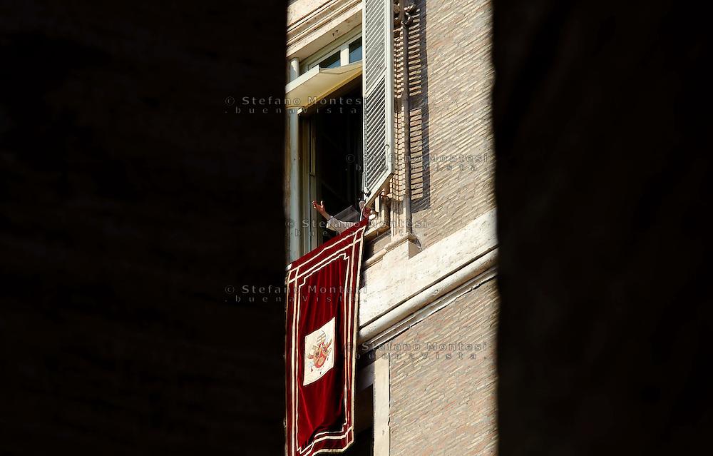 Città del Vaticano 17 Febbraio 2013.La domenica dell'Angelus  del Papa dimissionario..Papa Benedetto XVI saluta i fedeli..Vatican City,  February 17, 2013.The Sunday of the Angelus of the Pope resigning.Pope Benedict XVI greets the faithful.