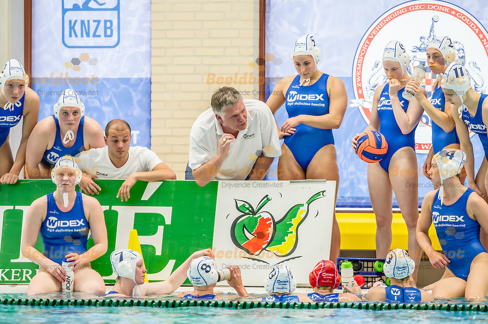 10-05-2014 : WATERPOLO : GZC DONK - ZVL : GOUDA<br /> <br /> Coach Johan Aantjes van GZC Donk spreekt zijn team toe<br /> Play-offs Eredivisie Dames - Seizoen 2013/2014<br /> <br /> Foto: Gertjan Kooij