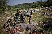 חמדי אבו קעאוד וחבורת הציידים <br /> צייד חזירי בר ב אזור ואדי ערה<br /> <br /> ציד בלתי חוקי ישראל<br /> קרדיט - ניר כפרי <br /> <br /> חזיר בר <br /> רובה<br /> חבורת ציידים<br /> ואדי ערא<br /> ארע<br />  <br /> ציד<br /> ציידים <br /> חיות חזיר בר<br /> חזירים<br /> נשק רובה ציד<br /> רובים