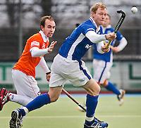 UTRECHT - HOCKEY - Kampong-speler Erik Bouwens (r) in duel met Matthew Swann (l) van Bloemendaal, zondag tijdens de hoofdklasse competitiewedstrijd hockey tussen de mannen van Kampong en Bloemendaal (1-2). FOTO KOEN SUYK