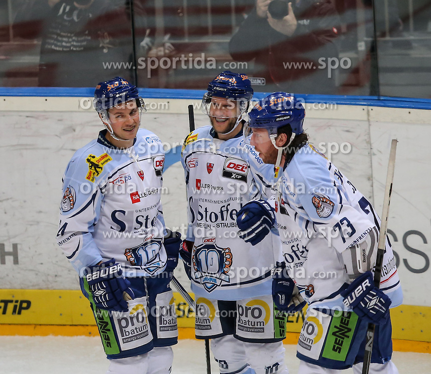 25.09.2015, Lanxess Arena, Koeln, GER, DEL, Koelner Haie vs Straubing Tigers, 5. Runde, im Bild vl. Martin Hinterstocker (Straubing Tigers), Tobias Woerle (Straubing Tigers), Sean O Connor (Straubing Tigers), freuen sich ueber das Tor zum Ausgleich 1:1 // during the German DEL Icehockey League 5th round match between Koelner Haie and Straubing Tigers at the Lanxess Arena in Koeln, Germany on 2015/09/25. EXPA Pictures &copy; 2015, PhotoCredit: EXPA/ Eibner-Pressefoto/ Horn<br /> <br /> *****ATTENTION - OUT of GER*****