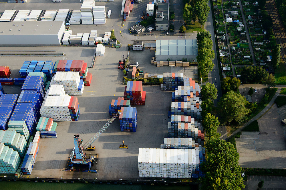 Nederland, Zuid-Holland, Rotterdam, 28-09-2014; Heijplaat met Waalhaven. Containerterminals en containeroverslag tussen zeeschepen en binnenvaartschepen. Rechts volkstuintjes.<br /> Waalhaven, container storage and transshipment, the Port of Rotterdam   (Waal harbour).<br /> luchtfoto (toeslag op standard tarieven);<br /> aerial photo (additional fee required);<br /> copyright foto/photo Siebe Swart.