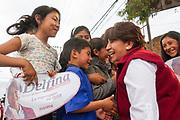 Durante su recorrido por el municipio de San Mateo Atenco, Delfina Gómez fue recibida por un grupo de niños a los que ella se acercó a saludar.