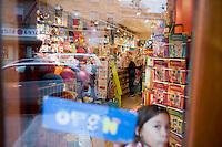 """7 Novembre, 2008. Brooklyn, New York.<br /> <br /> Una bambina è qui presente al Lulu's Cuts & Toys, una parruccheria per bambini e negozio di giocattoli a Park Slope, Brooklyn, NY. Park Slope, spesso definito dai newyorkesi come """"The Slope"""", è un quartiere nella zona ovest di Brooklyn, New York, e confinante con Prospect Park.  Park Slope è un quartiere benestante che ha il maggior numero di nascite, la qualità della vita più alta e principalmente abitato da una classe media di razza bianca. Per questi motivi molte giovani coppie e famiglie decidono di trasferirsi dalle altre municipalità di New York a Park Slope. Dal punto di vista architettonico, il quartiere è caratterizzato dai brownstones, un tipo di costruzione molto frequente a New York, e da Prospect Park.<br /> <br /> ©2008 Gianni Cipriano for The New York Times<br /> cell. +1 646 465 2168 (USA)<br /> cell. +1 328 567 7923 (Italy)<br /> gianni@giannicipriano.com<br /> www.giannicipriano.com"""