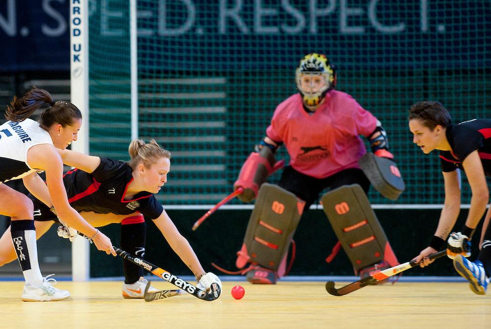 Emily Maguire de la Readin incearca sa inscrie in finala impotriva celor de la Bowdown Hightown, din cadrul Super Sixes Finals la hockey in sala, duminica, 30 ianuarie 2011. Bowdown Hightown a castigat dupa penaltiuri cu scorul 14-13 (5-5 dupa timpul regulamentar). BOGDAN MARAN / MMEDIAFAX FOTO