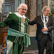 Amsterdam, 25-04-2014. Vandaag vindt de jaarlijkse lintjesregen plaats. In de Nieuwe Kerk te Amsterdam kregen vandaag de nieuwe ridders en officieren van Amsterdam hun lintje opgespeld door burgemeester Van der Laan. Er krijgen 19 dames en 35 heren een onderscheiding. 12 dames en 20 heren worden Lid in de Orde van Oranje Nassau. 5 ddames en 10 heren worden Ridder in de Orde van Oranje Nassau. 1 dame en 4 heren worden Officier van Oranje Nassau en 1 dame en 1 heer worden Ridder in de Orde van de Nederlandse Leeuw. Op de foto: de hher J.C.Sturm kwam in klederdracht en kreeg een lintje van de burgemeester.