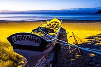 Barco sobre a areia na Praia da Lagoinha ao anoitecer. Florianópolis, Santa Catarina, Brasil. / Boat on the sand at Lagoinha Beach at dusk. Florianopolis, Santa Catarina, Brazil.