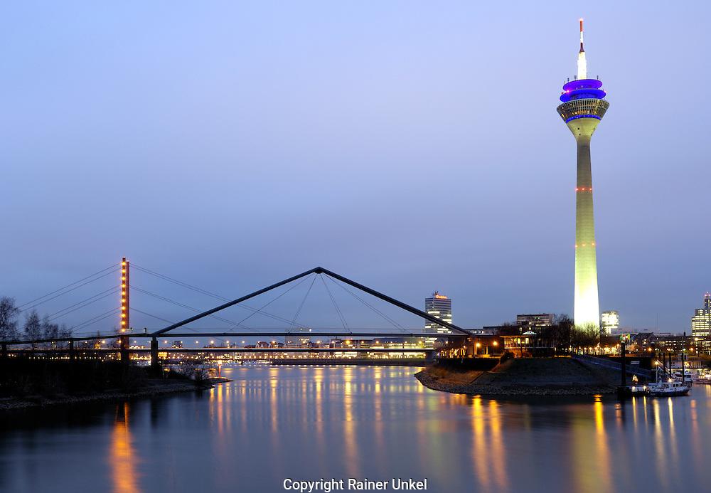 DEUTSCHLAND : Der Hafen von Duesseldorf mit Rheinturm / Bruecke / Bruecken.   GERMANY : Duesseldorf port with Rhine Tower / Bridge / Bridges.   27.12.2007.    Foto: Copyright by Rainer UNKEL, Tel.: (0)228/477211, Fax: (0)228/477212.