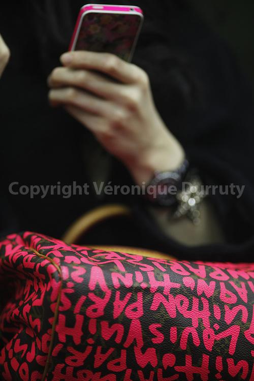 Woman with a Vuitton bag ans a smartphone, Tokyo, Japan // Femme avec un sac Vuitton et un smartphone, Tokyo, Japon