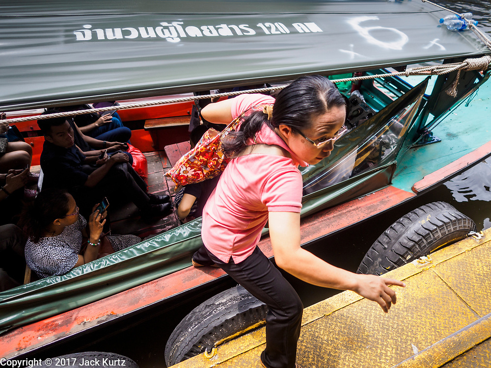 15 SEPTEMBER 2017 - BANGKOK, THAILAND: Passengers get off and on Khlong Saen Saeb passenger boats at the Asok Pier, on Sukhumvit Soi 21. Tens of thousands of passengers ride the boat every day, commuting into Bangkok from the eastern suburbs.      PHOTO BY JACK KURTZ