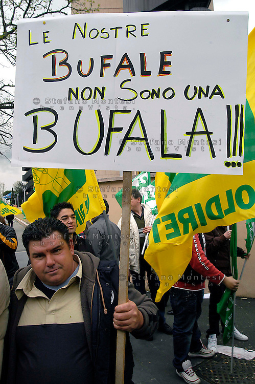 Roma 27 Marzo 27 2008      .Manifestazione dei produttori di mozzarelle di bufala di Amesano (Frosinone) di fronte alla Regione Lazio, offrendo  le  mozzarelle di bufala per dimostrare la bontà del prodotto  contro il divieto di vendere le mozzarelle di bufala per una sospetta contaminazione da diossina..Rome  27  March 27  2008    .Demonstration of the producers of mozzarellas of bufala of Amesano (Frosinone) before the Region Lazio, offering  mozzarellas of bufala to show the goodness of the product, against  banned sales of Italian mozzarella cheese  after Italy ordered a recall of the product because it might be contaminated with cancer-causing dioxins.. The banner read: sour bufales are not a bufala (joke)