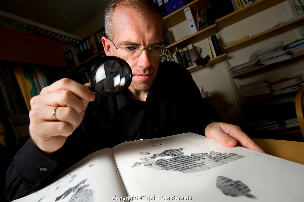 Dr theol Årstein Justnes har dreve forskning på skrifter i dødehavsrullane.<br /> <br /> Foto: Kjell Inge Søreide