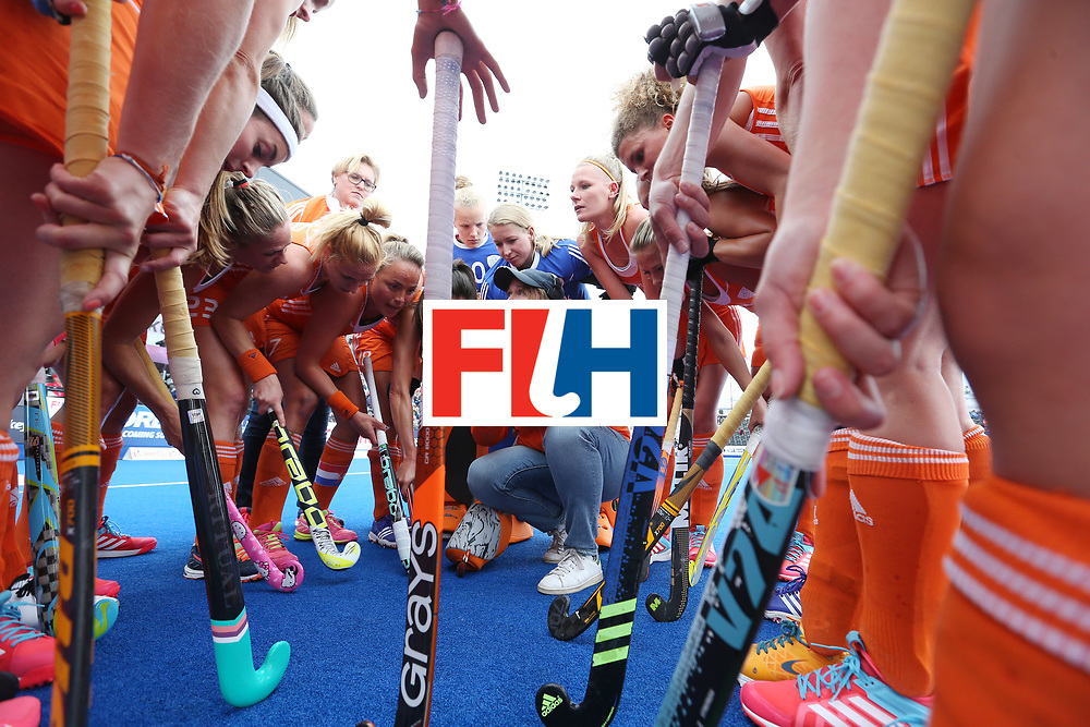 LONDON, ENGLAND - JUNE 18: Netherlands coach Alyson Annan talks to her players at first break during the FIH Women's Hockey Champions Trophy match between Netherlands and New Zealand at Queen Elizabeth Olympic Park on June 18, 2016 in London, England.  (Photo by Alex Morton/Getty Images)