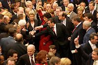 17 OCT 2003, BERLIN/GERMANY:<br /> Gerhard Schroeder, SPD, Bundeskanzler, wirft, zusammen mit vielen anderen Abgeordneten, seine Stimmkarte in die wahlurne, waehrend der namentlichen Abstimmung zur Arbeitsmarktreform, Plenum, Deutscher Bundestag<br /> IMAGE: 20031017-01-006<br /> KEYWORDS: Gerhard Schröder,