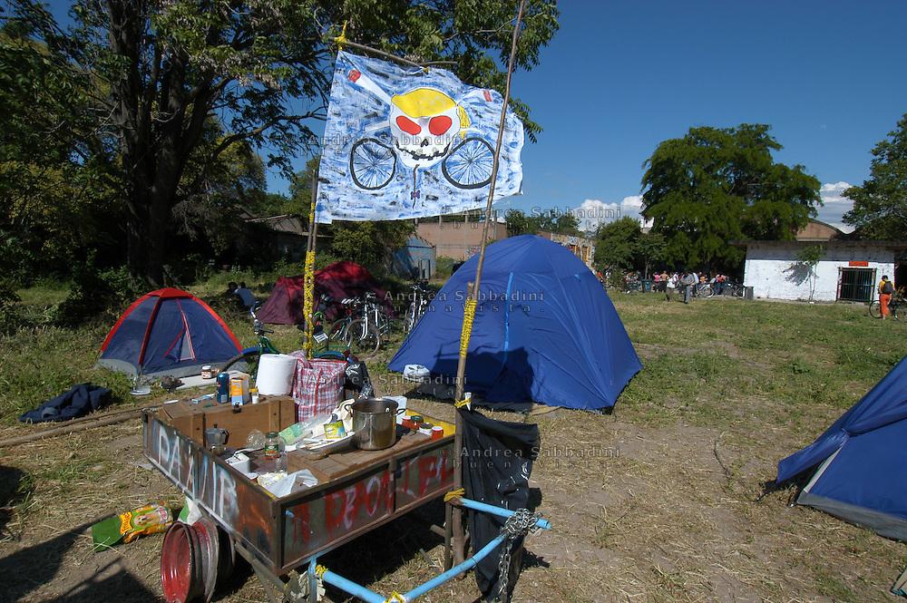Critical Mass Nazionale, partenza dal centro sociale Ex Snia Viscosa su via Prenestina, tende campeggio e bandiera con teschio.