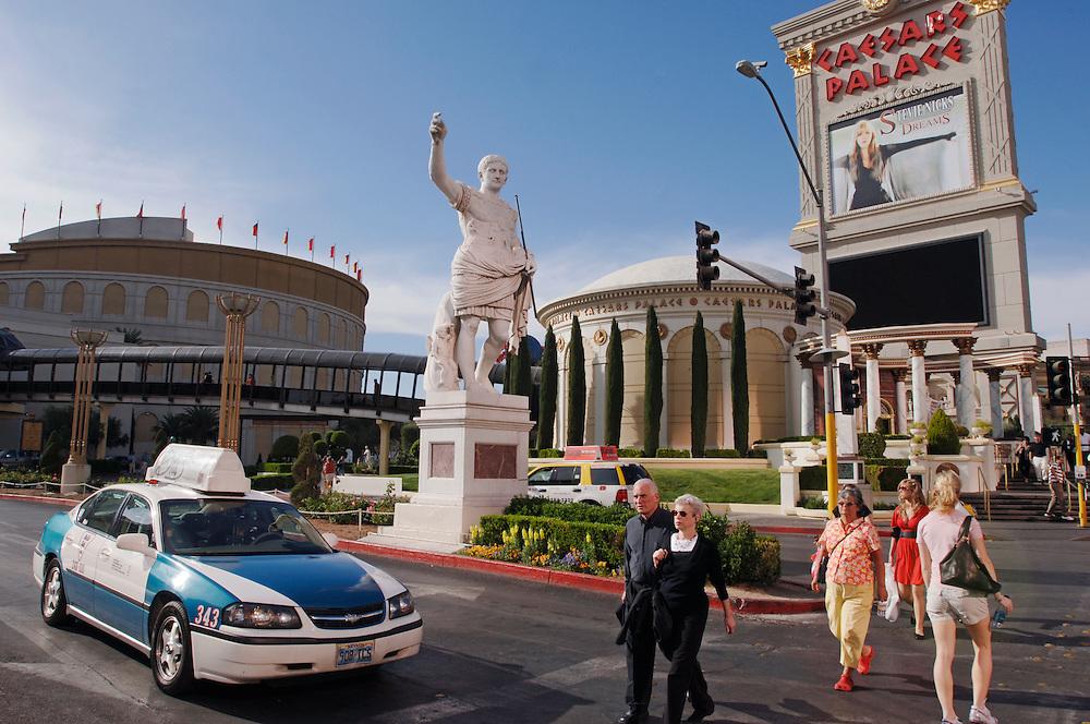USA Nevada Las Vegas Caesars Palace Casino und Hotel Las Vegas Boulevard  Taxis The Strip Nachtleben shopping Touristen Tourismus (Farbtechnik sRGB 34.74 MByte vorhanden) Geography / Travel .
