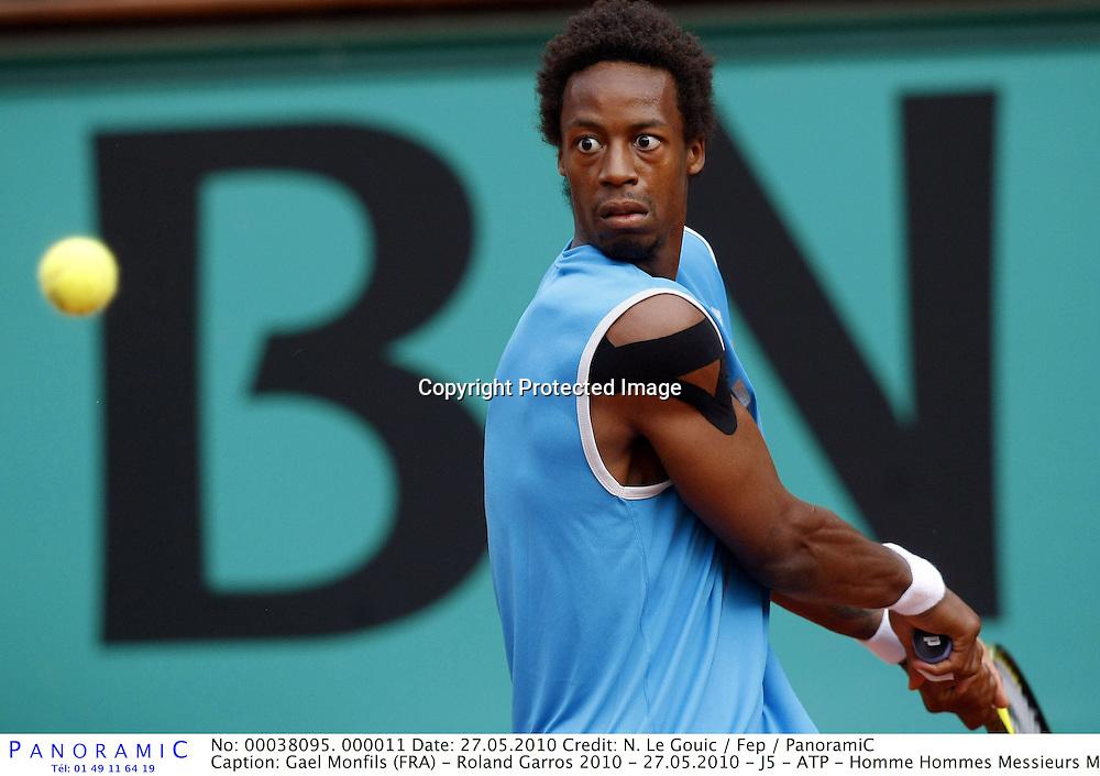Gael Monfils (FRA) - Roland Garros 2010 - 27.05.2010 - J5 - ATP - Homme Hommes Messieurs Masculin - Tennis - Internationaux de France- RG2010 RG 2010 - largeur action revers *** Local Caption *** 00038095