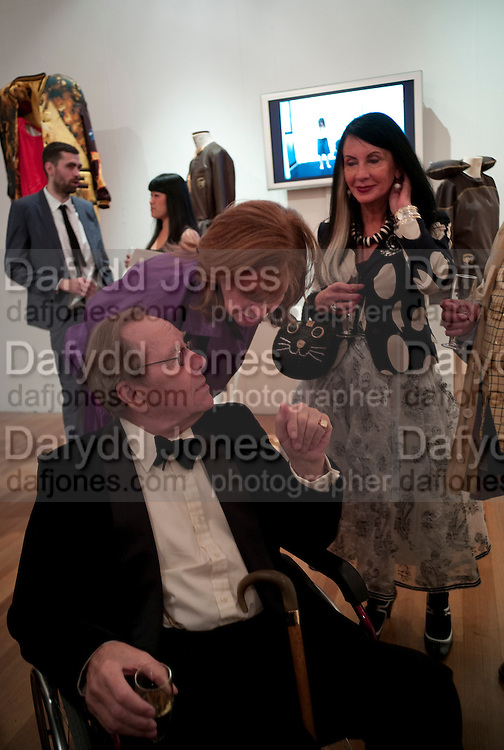 LADY SNOWDON; SUE TIMNEY; LORD SNOWDON;  JUSTIN DE VILLENEUVE, The Royal College of Art Fashion Gala. Kensington Gore. London. 11 June 2009.