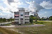Nederland, Nijmegen, 11-9-2013Een leeg kantoorpand wordt te huur of te koop aangeboden. Het is het vroegere kantoor van de elektriciteitscentrale van electrabel, gdf suez, op de achtergrond. Het pand is slecht onderhouden en ziet er niet aantrekkelijk uit. Onlangs is besloten dat deze kolengestookte centrale eind 2014 zal sluiten, een gevoelige klap voor de werkgelegenheid in Nijmegen.Foto: Flip Franssen/Hollandse Hoogte