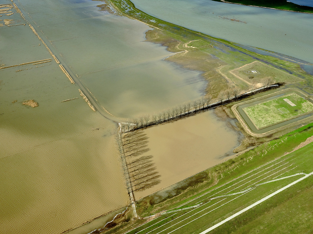 Nederland, Gelderland, Gemeente Zaltbommel; 25-02-2020; Buitenpolder Het Munnikeland, ten oosten van Loevestein aan rivier de Waal. In het kader van het programma Ruimte voor de Rivier is de Waaldijk landinwaarts verlegd en heeft de Waal (rechts) meer ruimte gekregen waardoor de rivier bij extreem hoogwater meer water kan afvoeren. Situatie gezien bij hoogwater vanaf de nieuw aangelegde Wakkere Dijk. Deze tribunedijk, een trapsgewijze dijk, biedt ook zitplaatsen aan bezoekers.<br /> National Project Ruimte voor de Rivier (Room for the River): the Waal dike has been shifted (inland direction) and as a consequence the river (on the right) can transport the water more efficient in case of high waters. <br /> luchtfoto (toeslag op standard tarieven);<br /> aerial photo (additional fee required)<br /> copyright © 2020 foto/photo Siebe Swart